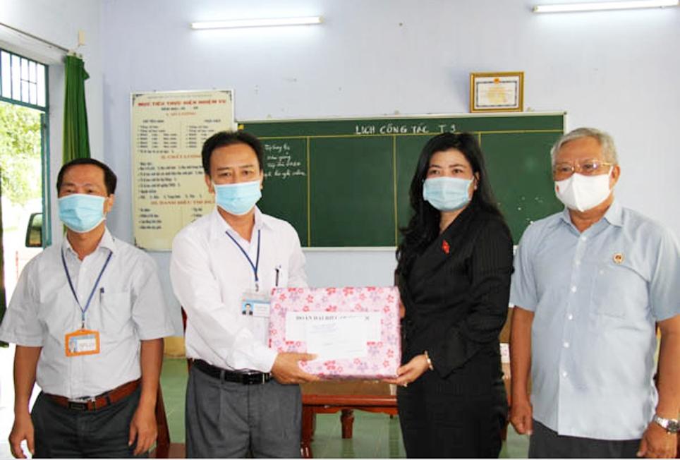 Phó trưởng Đoàn Đại biểu Quốc hội tỉnh Ninh Thuận Đàng Thị Mỹ Hương thăm, tặng quà Trường PTDTNT Pi Năng Tắc, huyện Bác Ái