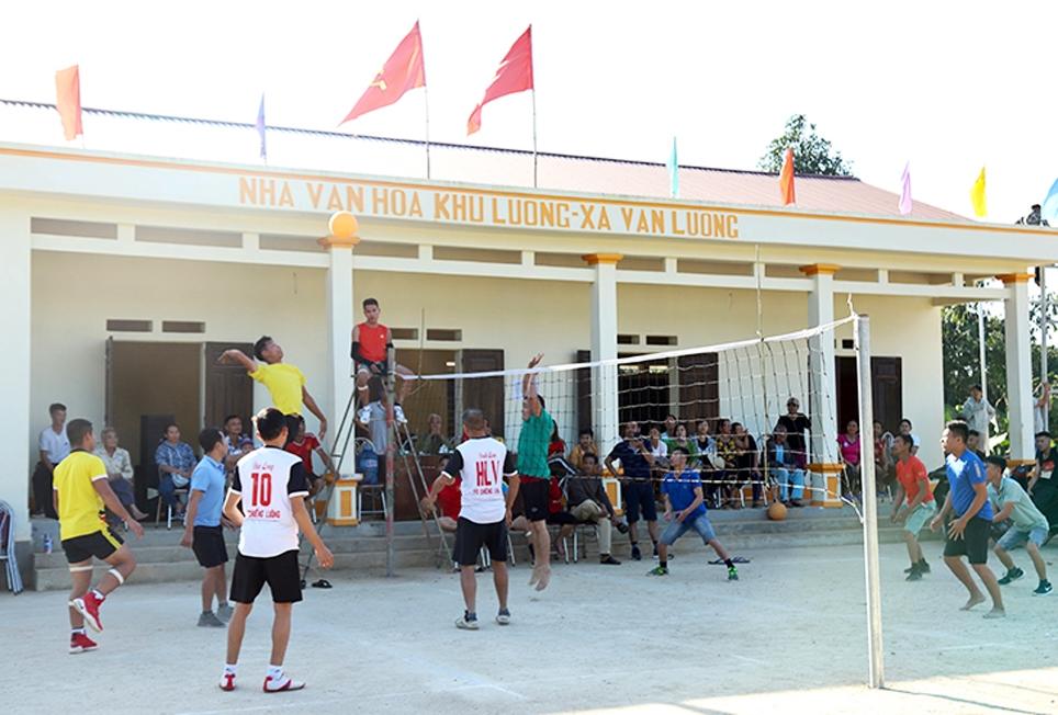 Người dân chơi bóng chuyền hơi tại Nhà văn hóa xã Văn Luông, huyện Tân Sơn. (Ảnh tư liệu, chụp trước ngày 27/4/2021)