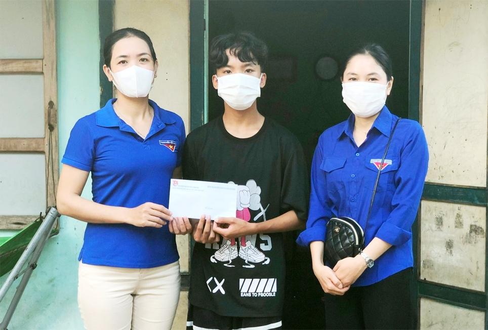 Đoàn Thanh niên xã Tam Quang tặng quà học sinh từ nguồn quỹ bán hàng
