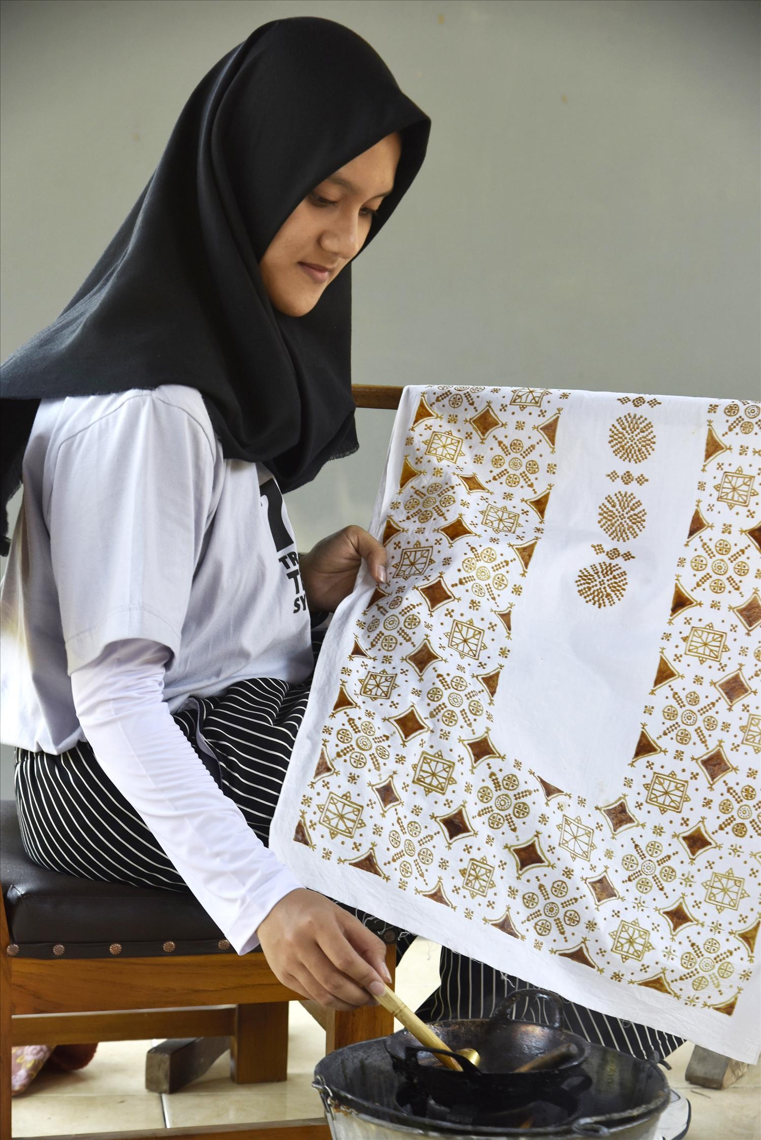 Vẽ sáp ong trên vải để tạo hoa văn batik