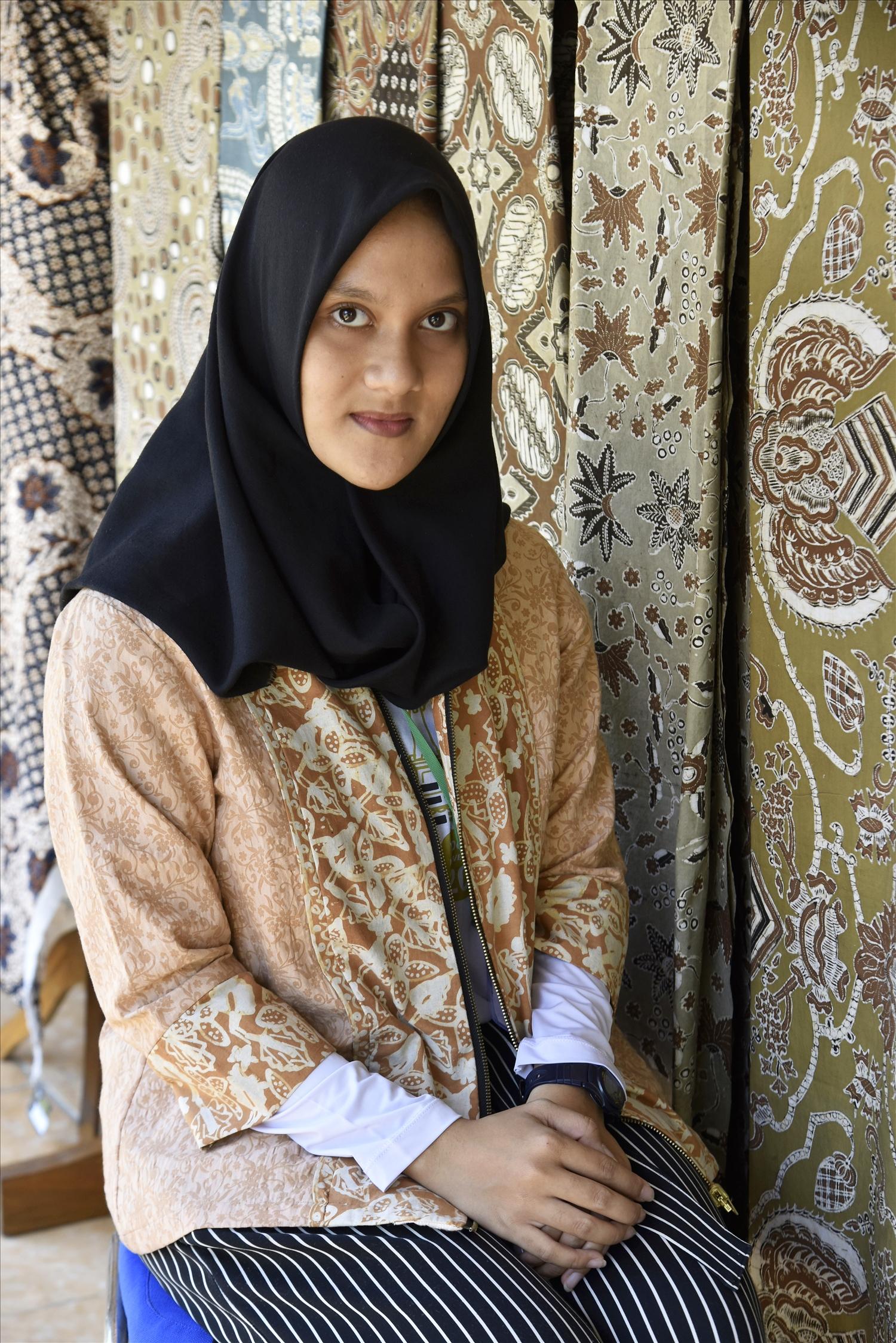 Cô gái Indonesia nền nã trong trang phục batik