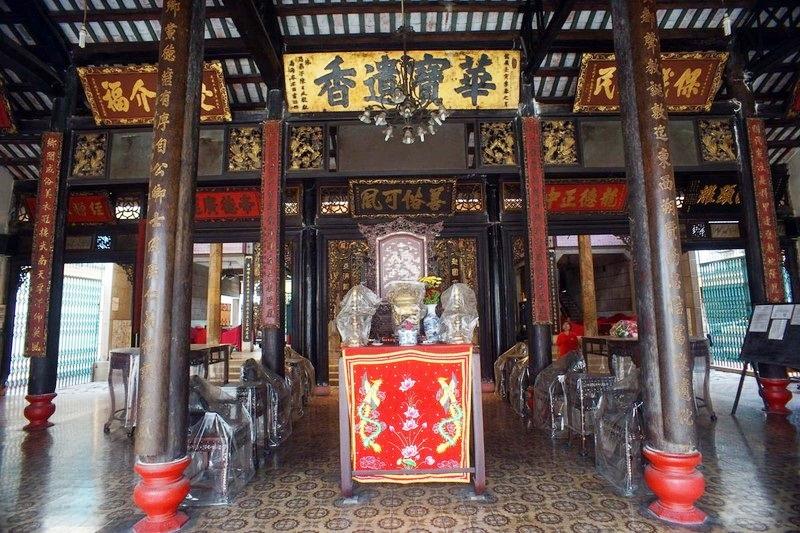 Chính điện Minh Hương Gia Thịnh với nhiều hoành phi, câu đối được chạm khắc tinh tế