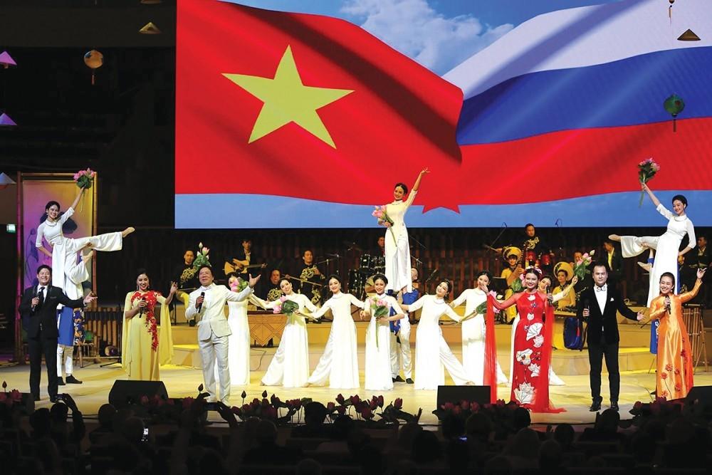 Chương trình Tuần/Ngày Việt Nam ở nước ngoài được Bộ Ngoại giao tổ chức tại nhiều nước với các nội dung đa dạng về hội họa, ẩm thực, văn học, nghệ thuật truyền thống. (Ảnh: Một tiết mục biểu diễn trong khuôn khổ Ngày Văn hóa Việt Nam tại Nga)