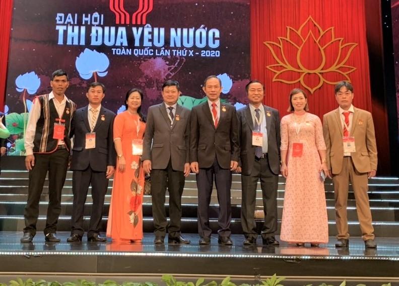 Rơ Chăm Chuyr (ngoài cùng bên trái) cùng Đoàn đại biểu Tập đoàn Công nghiệp Cao su Việt Nam tại Đại hội thi đua yêu nước toàn quốc lần thứ X năm 2020