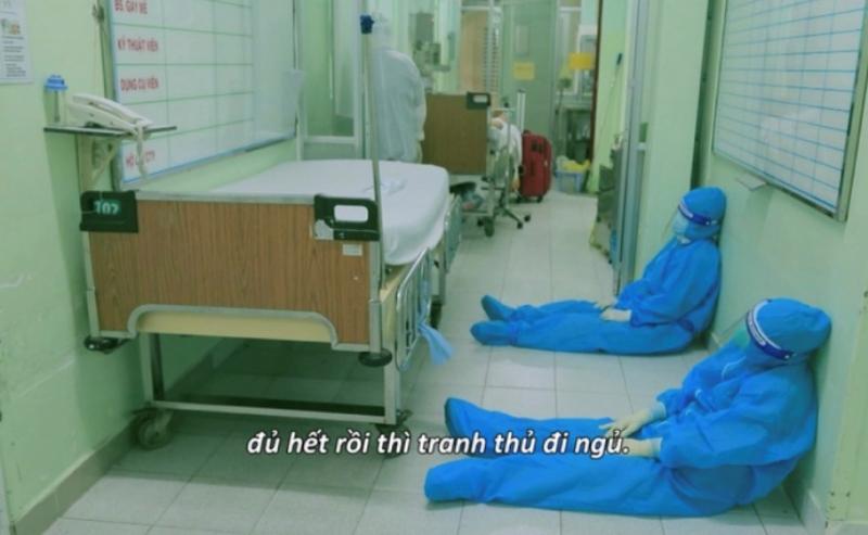 """Hình ảnh trong phim """"Ranh giới"""" - Các bác sĩ tranh thủ nghỉ ngơi sau những ca trực mệt nhoài (Ảnh: VTV)"""