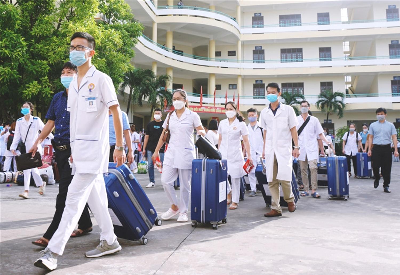 Cán bộ và nhân viên y tế lên đường đến với Thủ đô để tham gia chống dịch