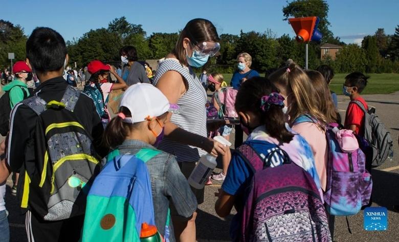Giáo viên hướng dẫn học sinh thực hiện các biện pháp phòng dịch COVID-19 tại một trường học ở Mississauga, Greater Toronto Area, Ontario (Canada), ngày 9/9/2021. (Ảnh: Xinhua)