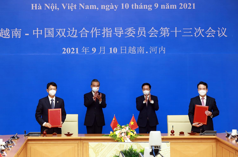 Phó Thủ tướng Thường trực Phạm Bình Minh và Ủy viên Quốc vụ, Bộ trưởng Ngoại giao Trung Quốc Vương Nghị chứng kiến lễ ký kết các văn kiện hợp tác. Ảnh: VGP/Hải Minh