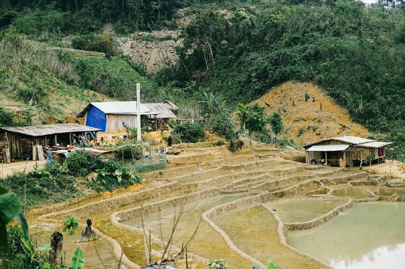 Những khoảnh ruộng bậc thang trồng lúa nước được người dân khai phá ngay bên nhà.