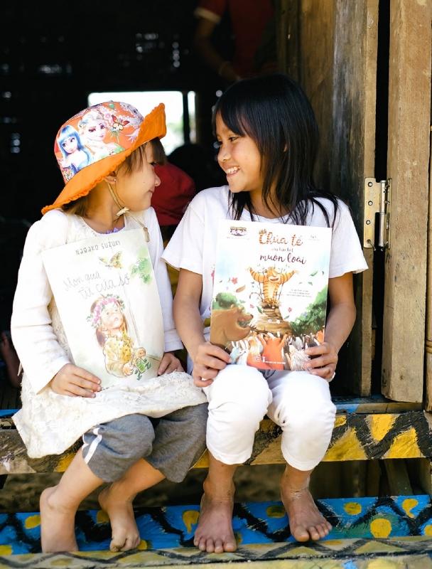 Lũ trẻ ở Lâng Loan vui trong niềm vui sách mới