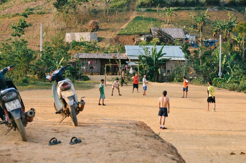 Thanh niên trong làng chiều chiều đá bóng