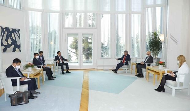 Chủ tịch Quốc hội Vương Đình Huệ và Đoàn đại biểu cấp cao Quốc hội Việt Nam chào xã giao Tổng thống Phần Lan Sauli Niinisto. (Ảnh: Doãn Tấn/TTXVN)