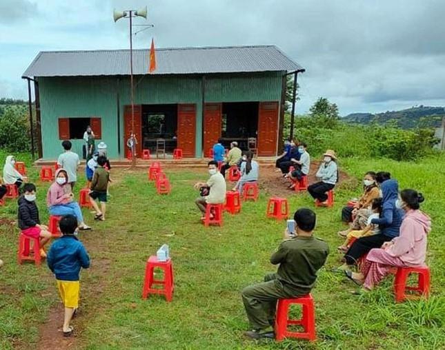 Người dân ở buôn làng chờ test nhanh COVID -19