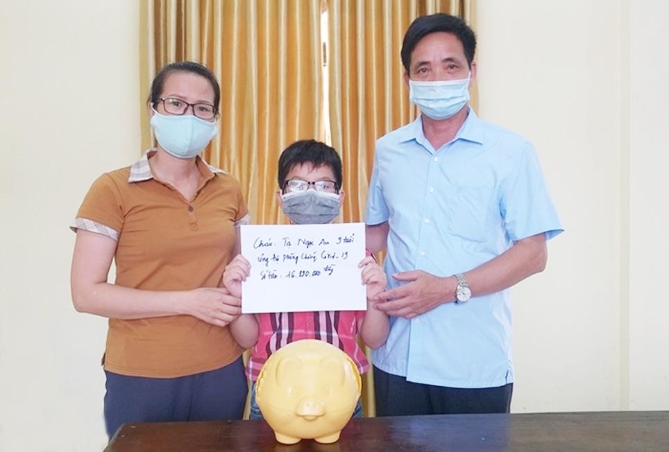 Tạ Ngọc An, học sinh lớp 3A2 (Bình Xuyên, Vĩnh Phúc) mổ lợn tiết kiệm đã nuôi trong suốt 6 năm với số tiền 16.890.000 đồng để ủng hộ cho công tác phòng, chống dịch. (Ảnh tư liệu)