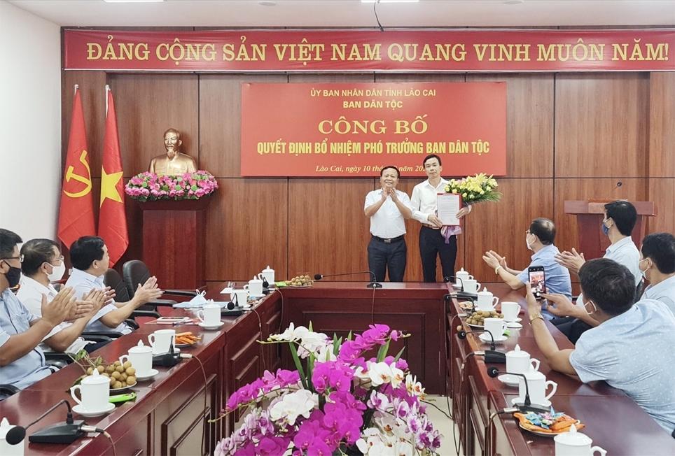 Ông Nguyễn Trọng Hài, Phó Chủ tịch UBND tỉnh Lào Cai trao quyết định bổ nhiệm cho ông Nguyễn Văn Bảo