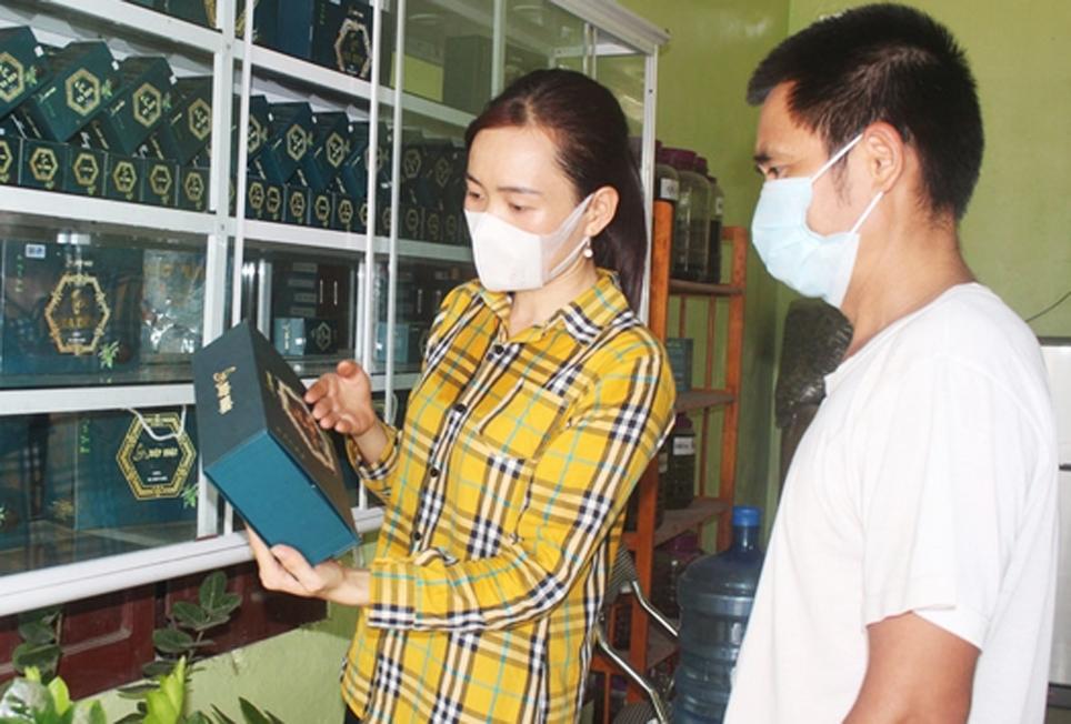 Chị Nông Thị Huệ giới thiệu cho khách hàng về sản phẩm trà xạ đen túi lọc