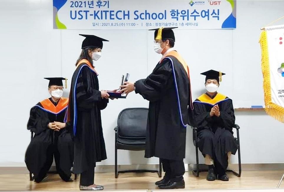 Lộ Nữ Hoàng Tiên được đại diện Trường Đại học Khoa học và Công nghệ Hàn Quốc trao Bảng vàng danh dự. (Ảnh nhân vật cung cấp))
