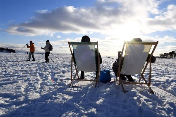 Người dân tận hưởng một ngày nắng ở Helsinki, Phần Lan ( Ảnh: AFP)