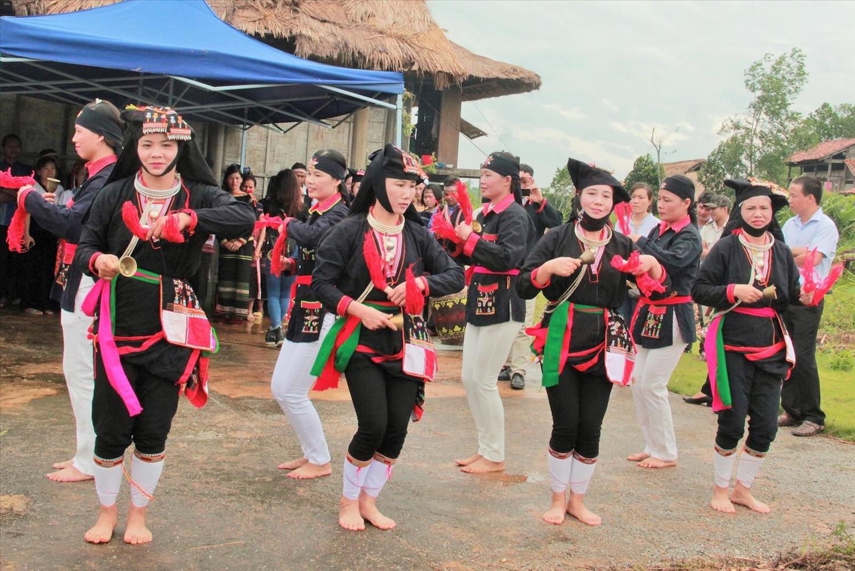 Điệu múa chuông của người Dao Quần chẹt (Quảng Ninh)- Ảnh TL
