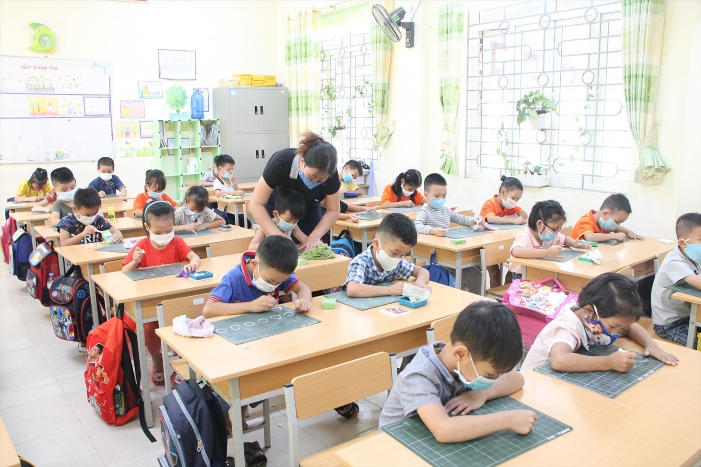 Ngay sau khi tựu trường, học sinh lớp 1 đã được các nhà trường tổ chức học tập nề nếp và luyện chữ cái theo chương trình học.