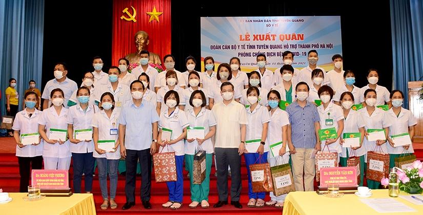 Lễ xuất quân cử 100 cán bộ y, bác sĩ lên đường hỗ trợ TP Hà Nội tiêm phòng vắc xin và lấy mẫu xét nghiệm Covid-19. Ảnh: BTQ