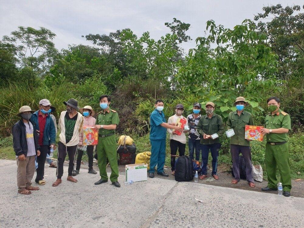 16 người dân tộc thiểu số H'rê (tỉnh Quảng Ngãi) mắc kẹt trong rừng ở xã Hòa Bắc được Công an Đà Nẵng hỗ trợ đưa về quê ngày 31/8