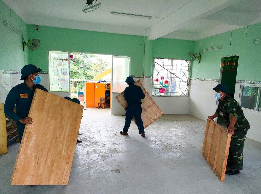 Lực lượng xã Hòa Châu tiến hành dọn dẹp trường học tại thôn Bàu Cầu làm nơi ở tạm thời cho người dân tránh bão số 5