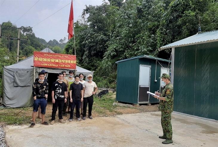 Cán bộ Đồn Biên phòng Ba Sơn lấy thông tin 8 công dân nhập cảnh trái phép qua khu vực mốc 1201. Ảnh: Quang Trung