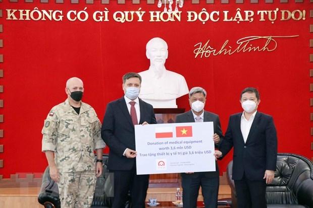 Đại sứ Ba Lan tại Việt Nam Wojciech Gerwel (thứ hai, từ trái sang) trao tượng trưng số trang thiết bị, vật tư y tế do Chính phủ Ba Lan tặng Việt Nam cho ông Nguyễn Trường Sơn, Thứ trưởng Bộ Y tế (thứ hai, từ phải sang) và ông Dương Anh Đức, Phó Chủ tịch UBND TP Hồ Chí Minh (ngoài cùng bên phải).