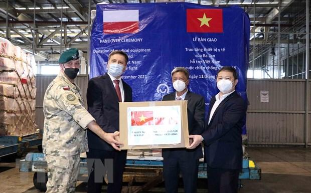 Đại sứ Ba Lan tại Việt Nam Wojciech Gerwel (thứ hai, từ trái sang) trao tượng trưng thiết bị, vật tư y tế do Chính phủ Ba Lan tặng Việt Nam. (Ảnh: Xuân Khu/TTXVN)