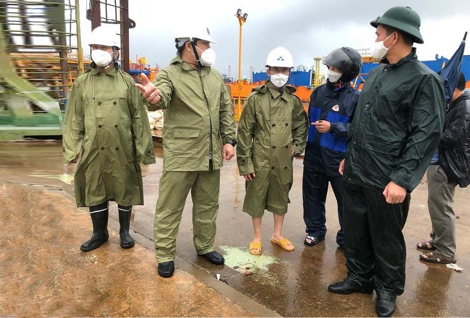 Phó Chủ tịch UBND tỉnh Quảng Ngãi Trần Phước Hiền kiểm tra và trực tiếp chỉ đạo công tác kêu gọi ngư dân của 20 tàu cá đang neo tại Cảng Dung Quất vào nơi tránh trú an toàn