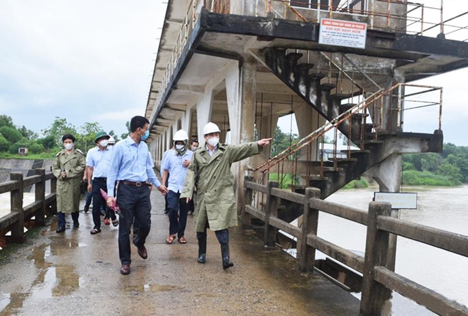 Chủ tịch UBND TP. Đà Nẵng Lê Trung Chinh (phải) kiểm tra công tác phòng, chống lũ tại đập dâng An Trạch