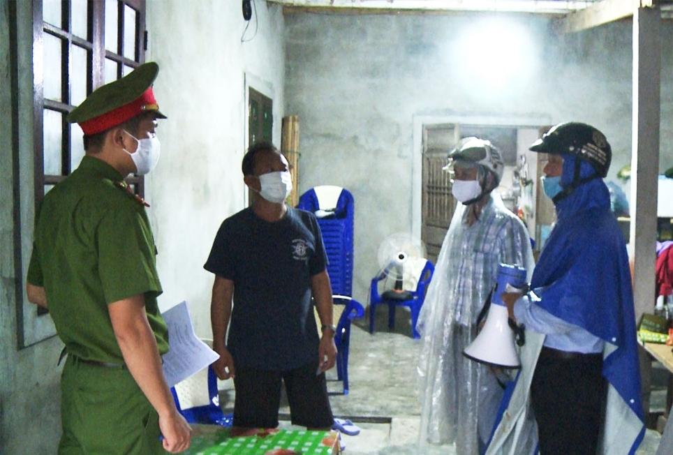Công an xã Phú Thuận, huyện Phú Vang (Thừa Thiên Huế) cùng cấp ủy, chính quyền tuyên truyền, nhắc nhở người dân không chủ quan với Bão số 5