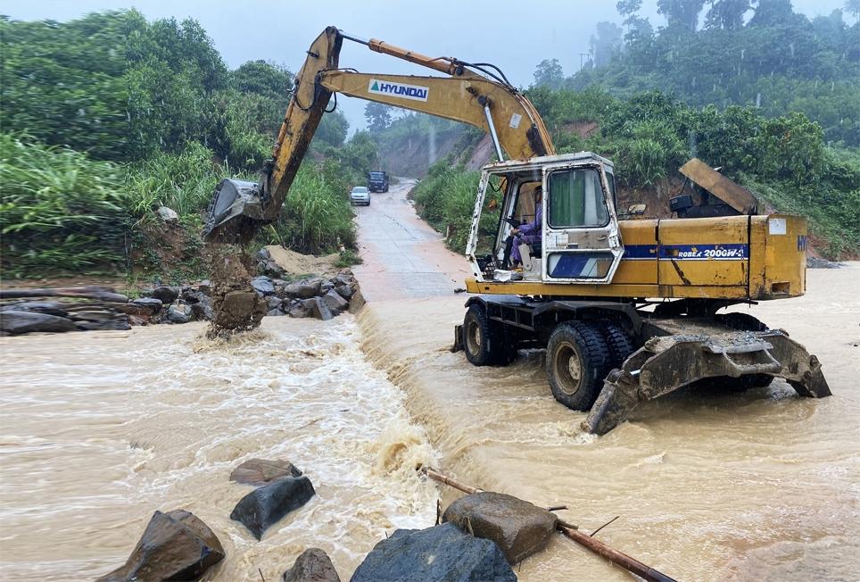 Tuyến đường từ Phước Kim đi Phước Thành và Phước Lộc xuất hiện nhiều điểm sạt lở, nước chảy mạnh