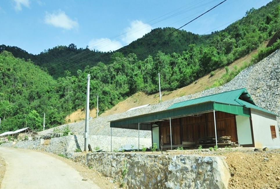 Ông Vi Văn Tao đã dựng nhà kiên cố trong khu tái định cư nhưng không dám vào ở vì sợ sạt lở