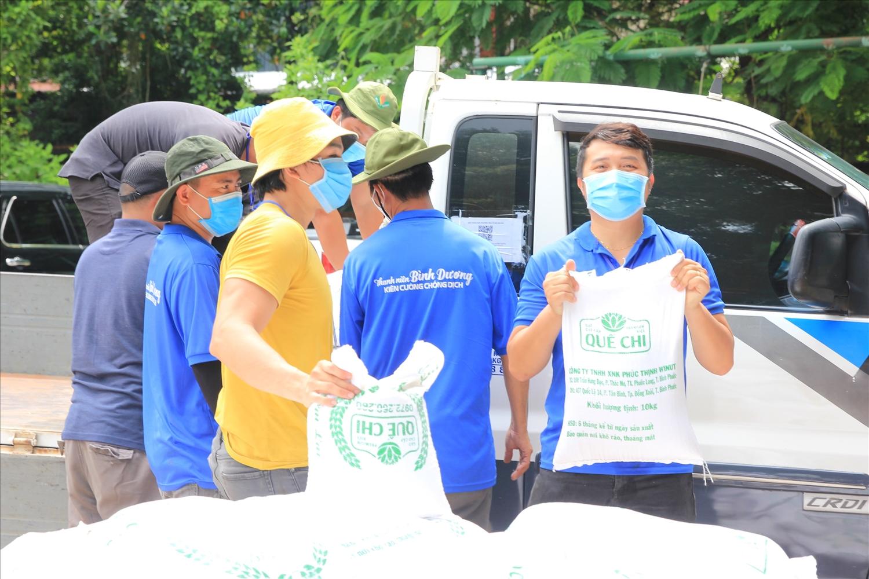 Túi gạo nghĩa tình do tuổi trẻ Bình Phước gửi tặng đã được chuyển đến vùng dịch Bình Dương.