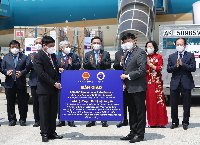 Lễ bàn giao vắc xin, thiết bị, vật tư y tế và kinh phí được ủng hộ trong chuyến công tác châu Âu của Đoàn đại biểu cấp cao Quốc hội Việt Nam