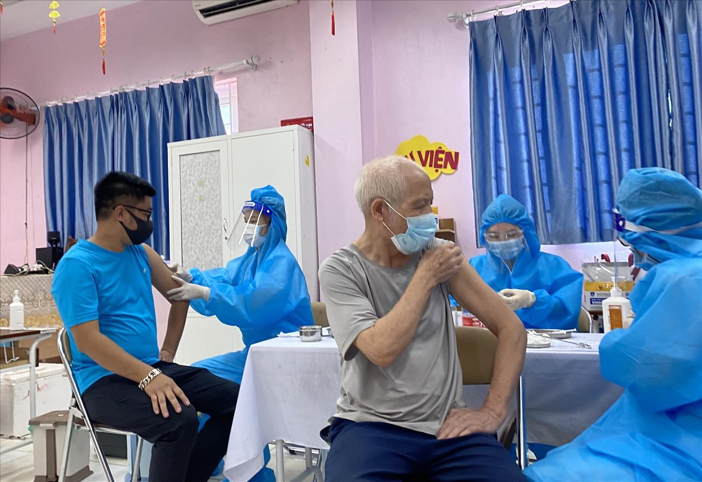 Tiêm vắc xin cho người trong độ tuổi tại phường Cổ Nhuế 1, quận Bắc Từ Liêm