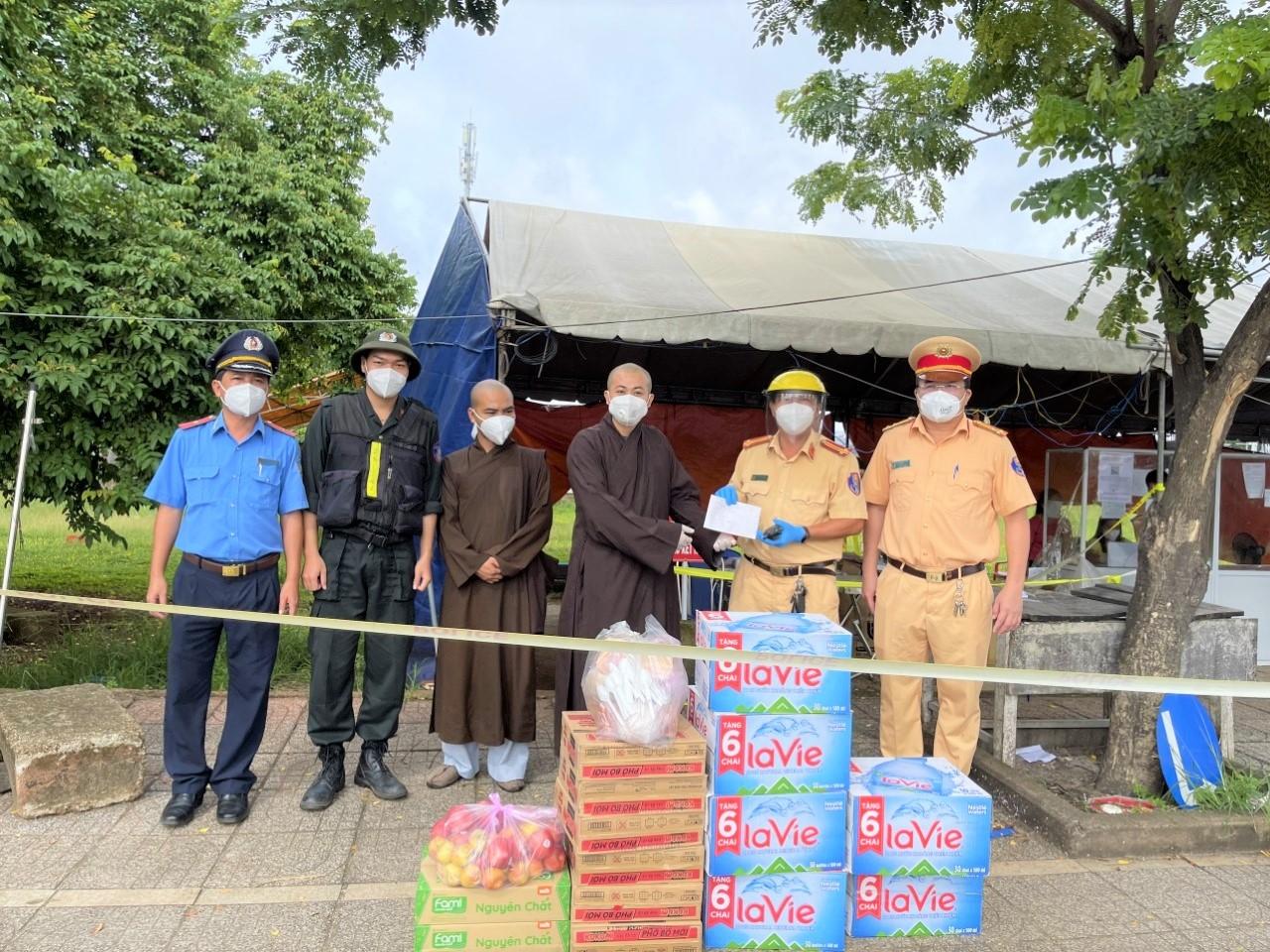 Lực lượng chốt trực tại huyện Xuyên Mộc nhận được quà từ thiện.