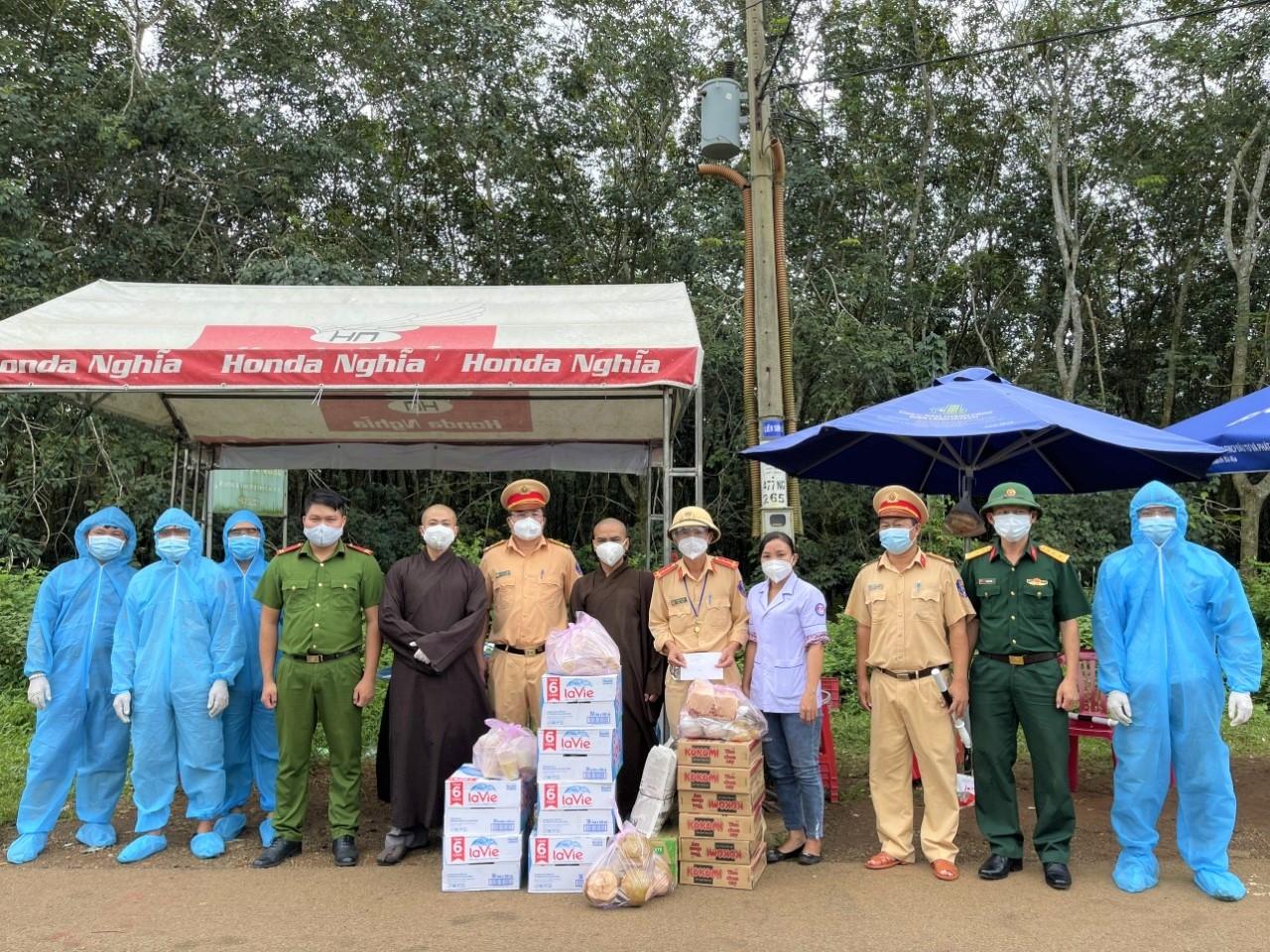 Đoàn từ thiện của Chùa Linh Sơn Cổ Tự tặng quà cho công an, bộ đội tại chốt trực trên địa bàn thị xã Phú Mỹ, tỉnh Bà Rịa- Vũng Tàu.