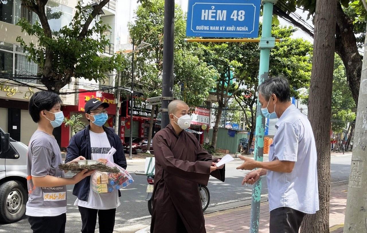 Người dân trong vùng dịch được quà tặng của chùa Long Sơn Cổ Tự