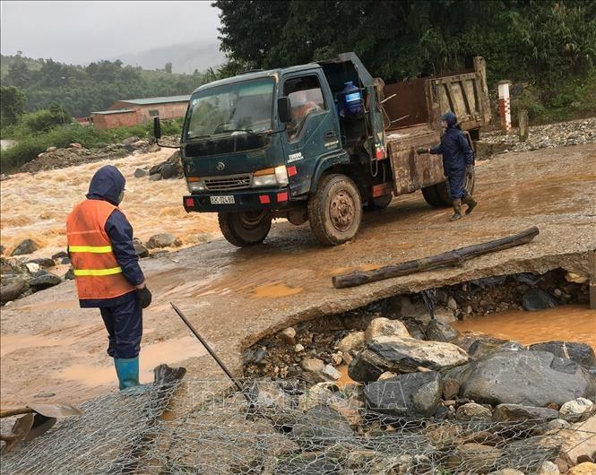 Lực lượng chức năng huyện Tu Mơ Rông, tỉnh Kon Tum khắc phục vị trí hư hỏng tại cầu tràn Năng Nhỏ 1, tỉnh lộ 678. Ảnh: TTXVN phát