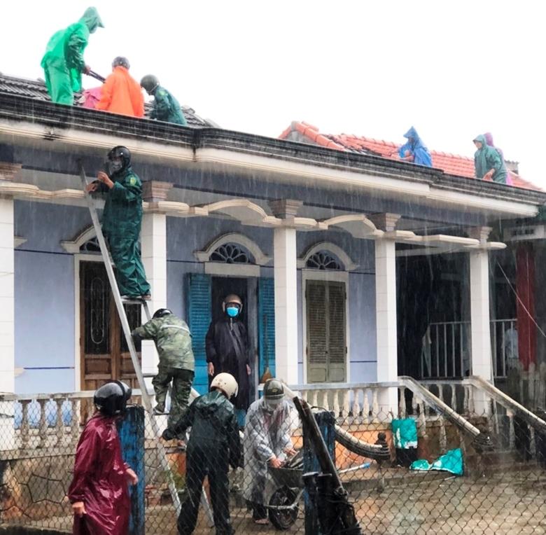 Giúp người dân lợp lại mái nhà sau bão số 5 tại tỉnh Thừa Thiên Huế (Ảnh: baothuathienhue.vn)