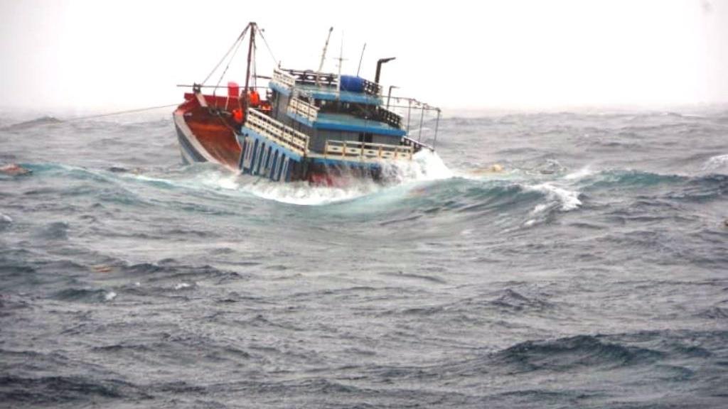 Tàu cá Quảng Ngãi gặp sự cố khi chạy tránh bão số 5 đã chìm trên biển, 5 lao động được tàu cảnh sát biển cứu thành công.