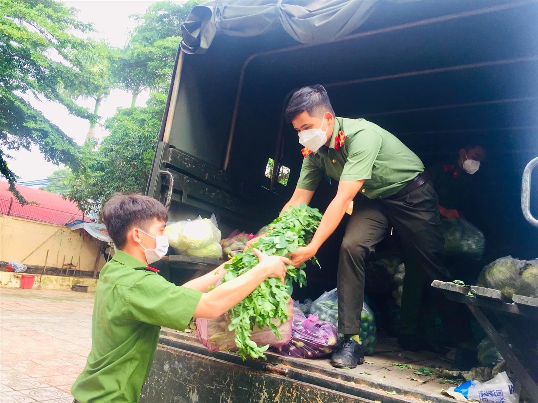 Đoàn Thanh niên Công an tỉnh Bình Phước vận chuyển rau xanh trên xe xuống tập kết tại Tỉnh Đoàn để chờ giờ khởi hành đến vùng dịch Bình Dương.