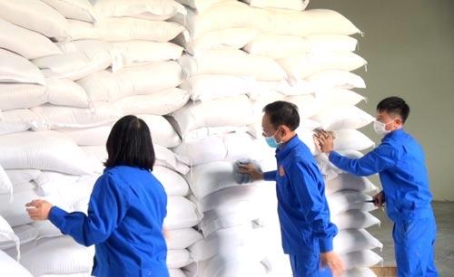 Xuất cấp gạo dự trữ quốc gia hỗ trợ người dân gặp khó khăn do dịch Covid-19 (Ảnh TL)