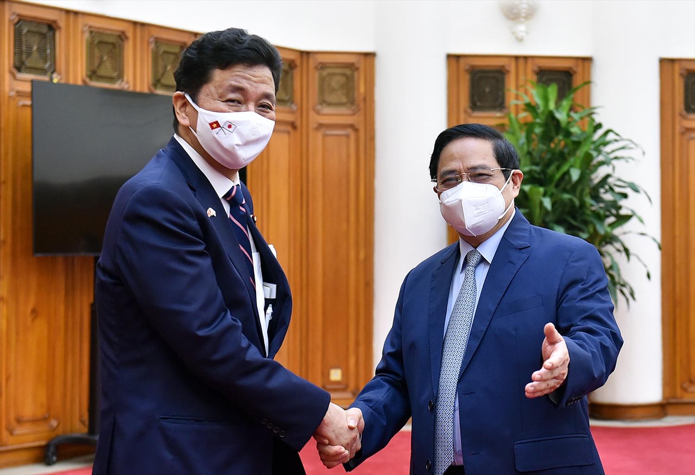 Thủ tướng Phạm Minh Chính hoan nghênh ngài Kishi Nobuo chọn Việt Nam là quốc gia tới thăm đầu tiên trên cương vị Bộ trưởng Quốc phòng Nhật Bản. Ảnh VGP/Nhật Bắc