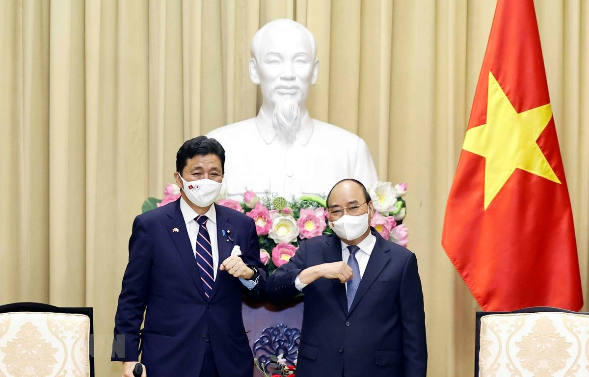Chủ tịch nước Nguyễn Xuân Phúc và Bộ trưởng Quốc phòng Nhật Bản Kishi Nobuo. (Ảnh: Dương Giang/TTXVN)