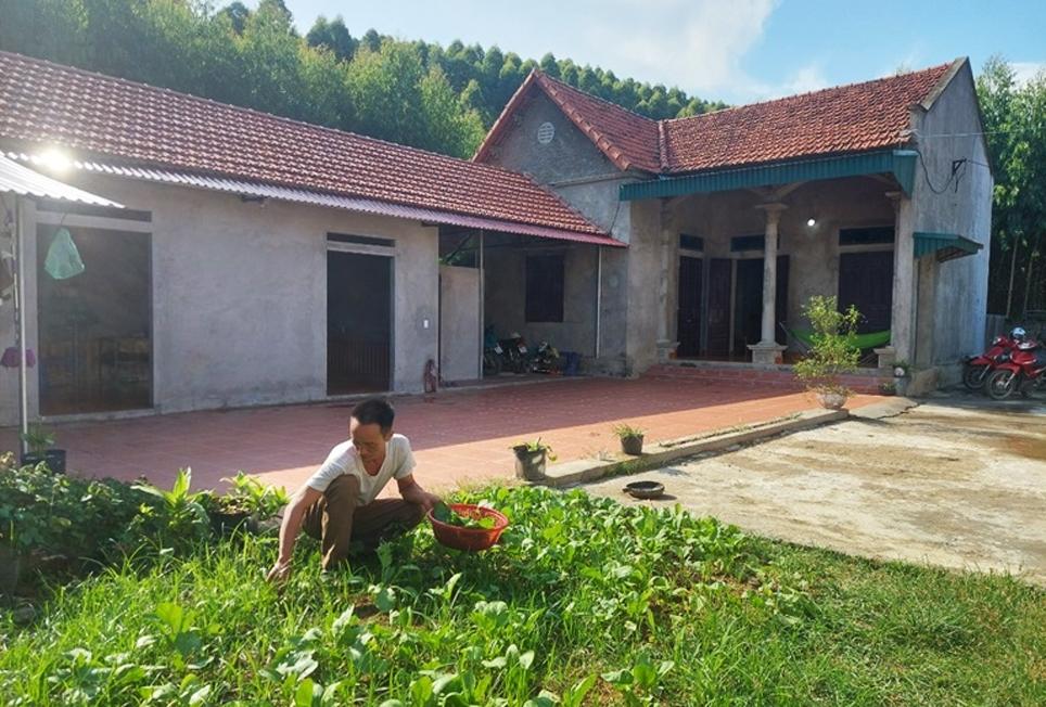 Sau khi di dời từ rừng đặc dụng ra khu vực thôn Đồng Giang, xã Trung Mỹ, huyện Bình Xuyên để sinh sống gia đình anh Bàn Nho Phúc đã xây dựng được nhà cửa kiên cố