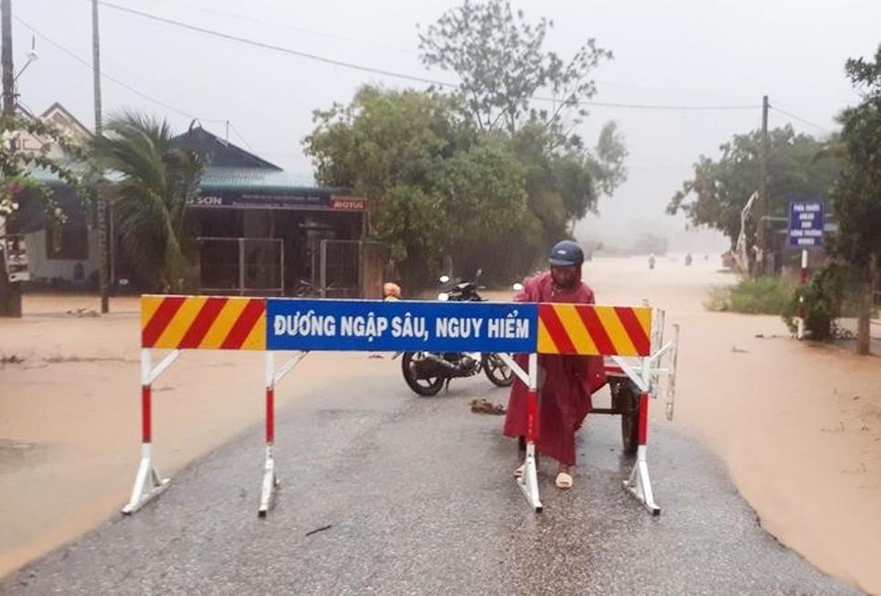 Nhiều tuyến đường đã bị cấm người và phương tiện lưu thông, do nước lũ lên cao nên việc tìm cách liên lạc với người đi rừng găp khó khăn